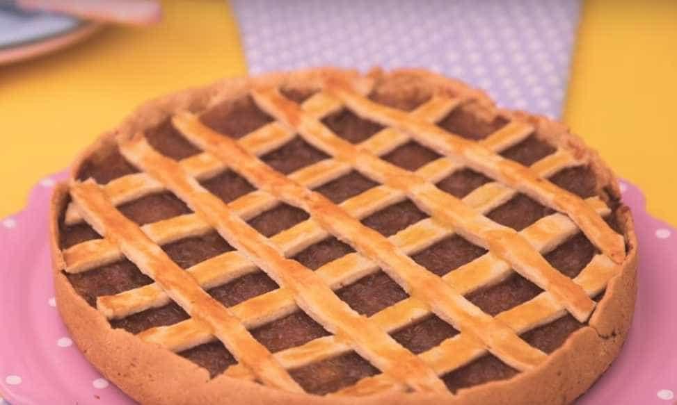 Torta trançada de frango com cebola caramelizada; aprenda