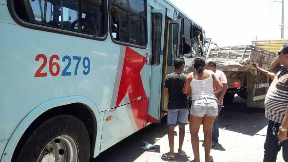 Mãe salva bebê ao 'jogá-lo' para passageiro antes de acidente de ônibus