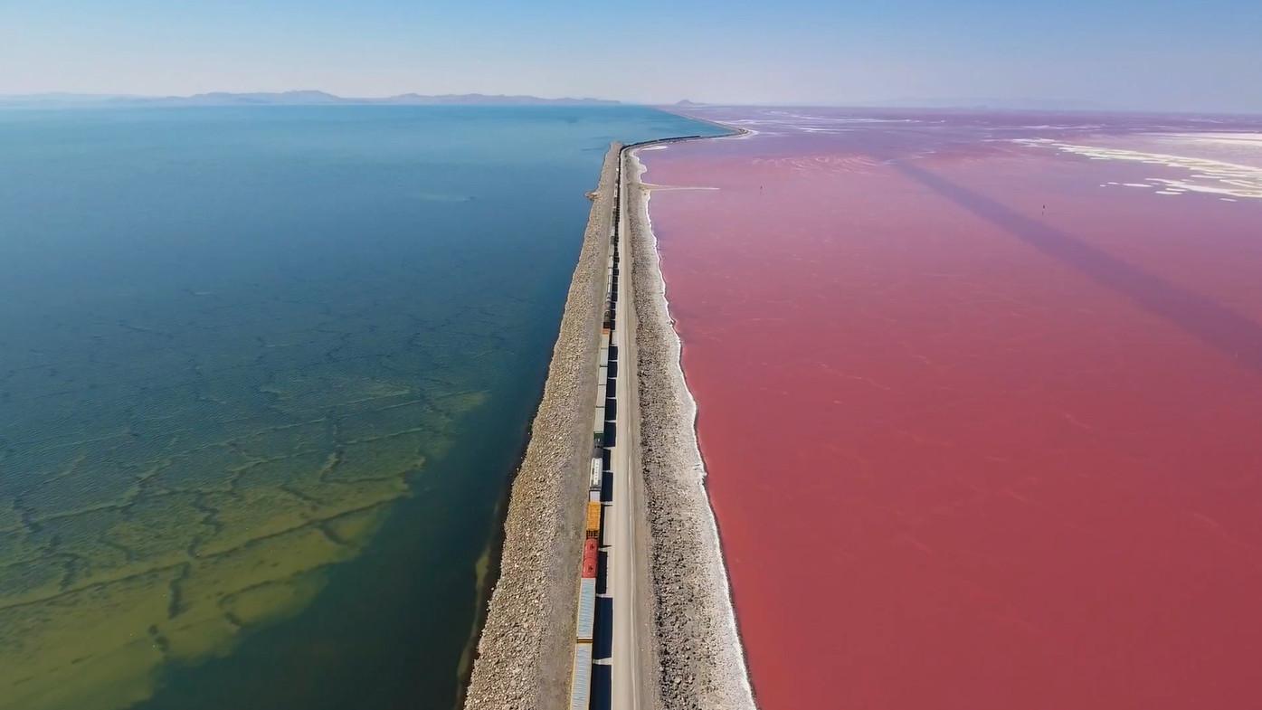 O magnífico contraste de cores no Great Salt Lake, Utah