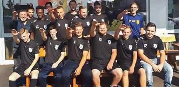 Jogadores fazem gesto nazista e são demitidos na Alemanha
