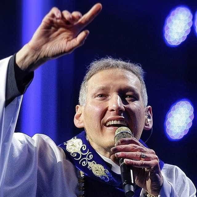 Padre Marcelo Rossi suplica ajuda para desmentir apoio a Bolsonaro