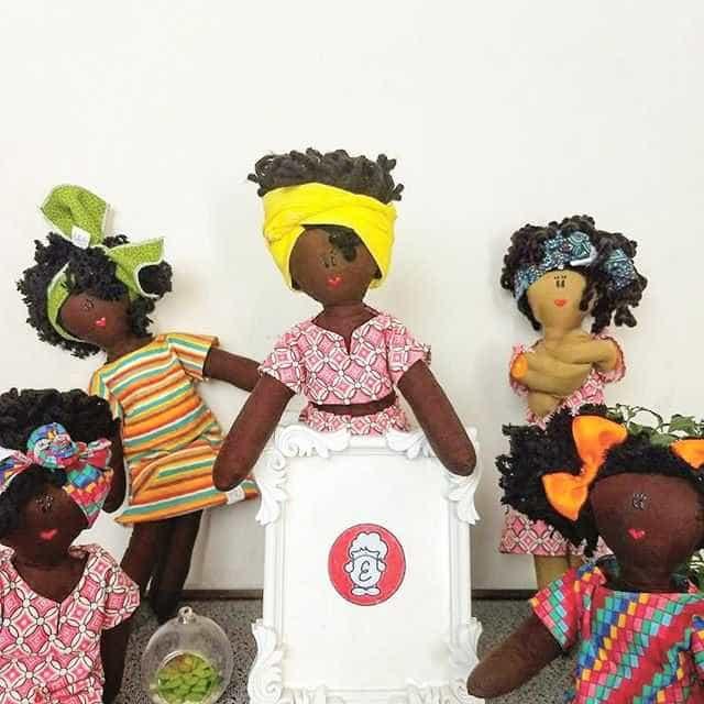 Mãe fabrica bonecos negros para que filho possa se sentir representado