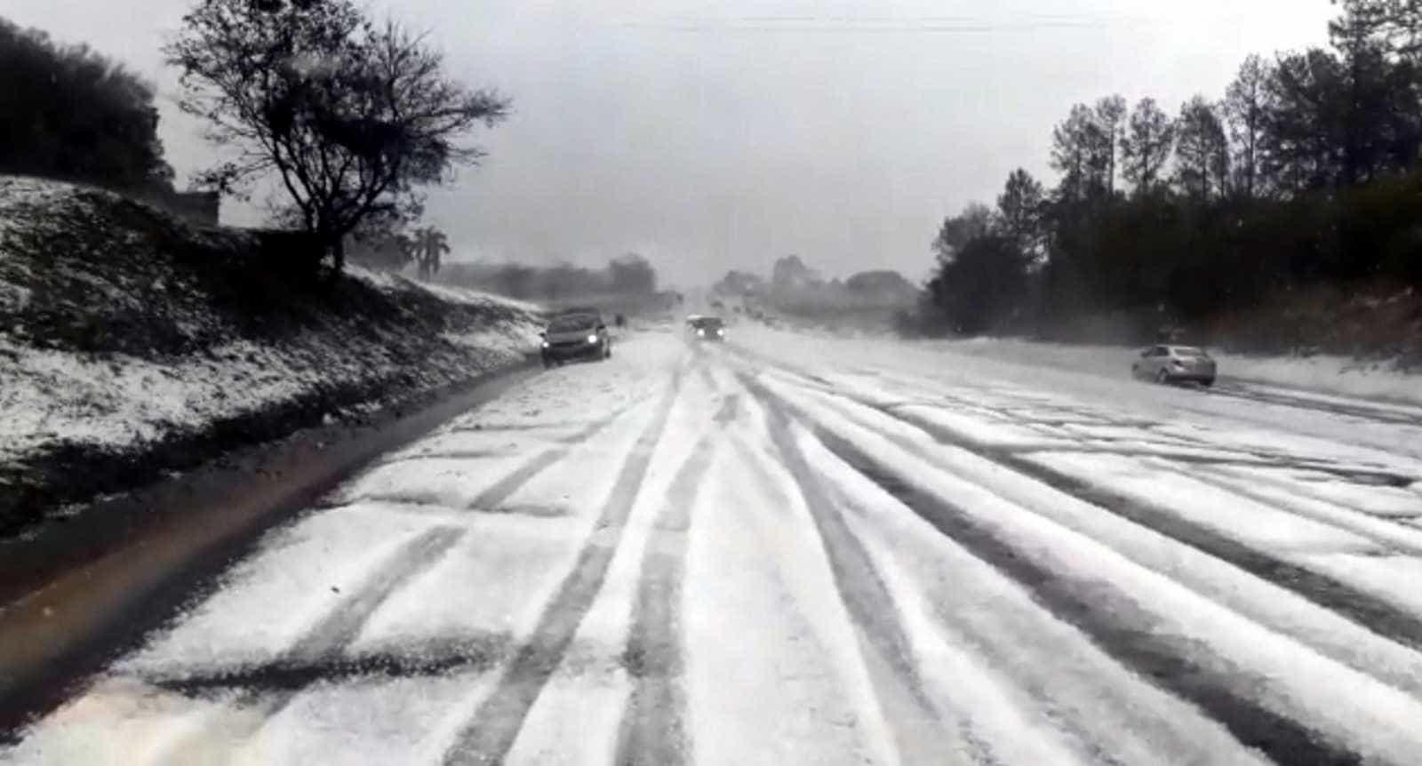 Temporal de granizo deixa rodovia de SP com visual impressionante