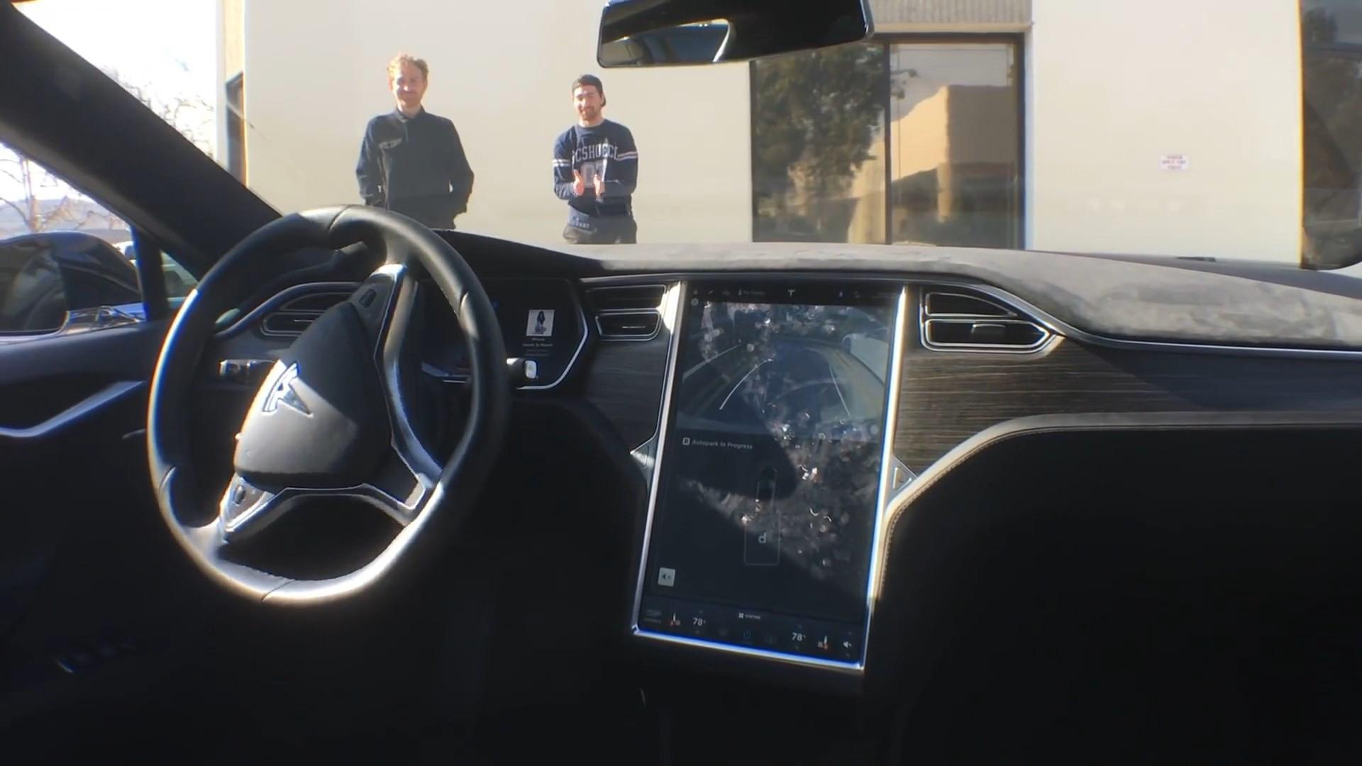Homem mostra um Tesla estacionando sozinho