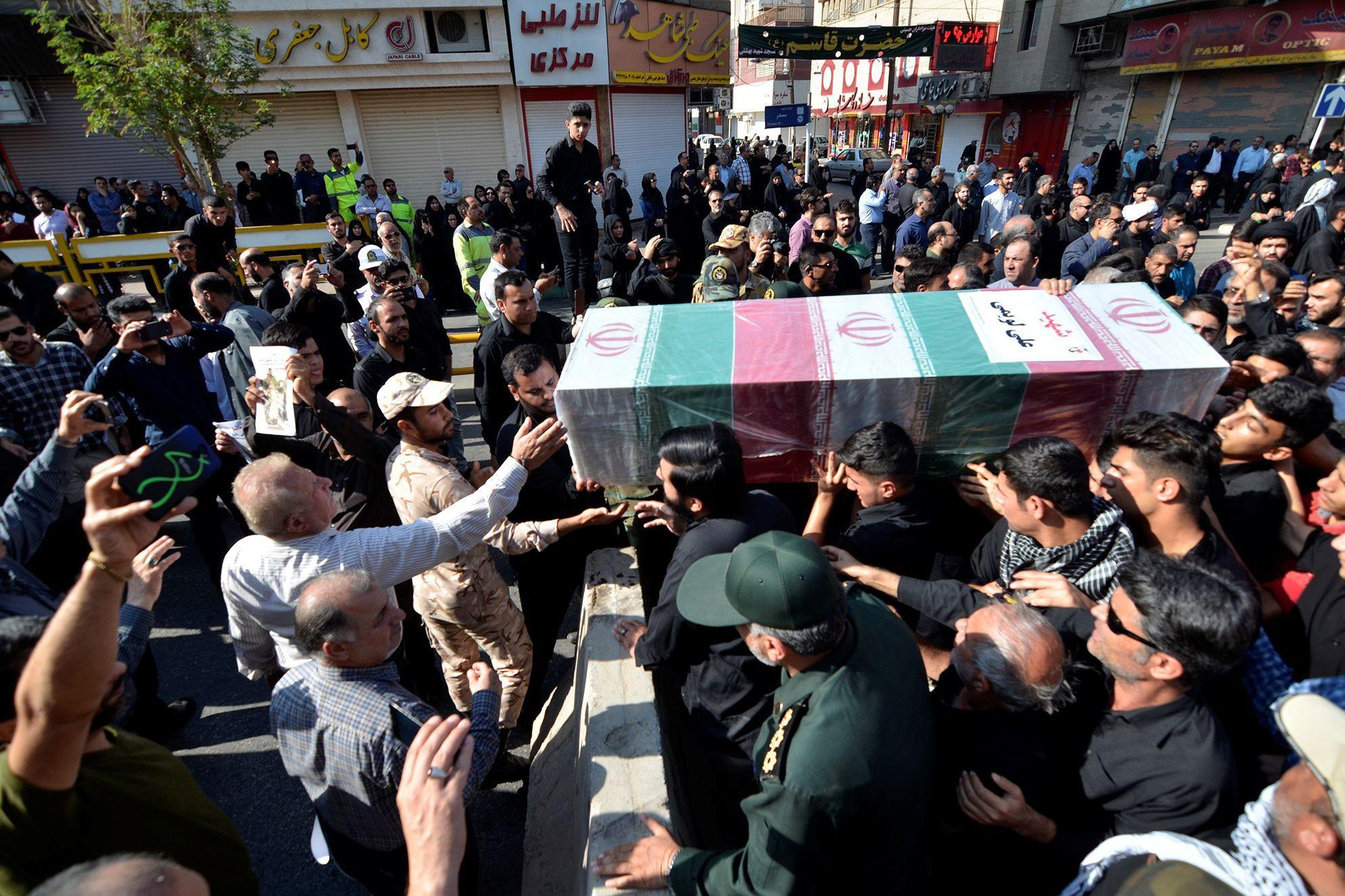 Milhares de pessoas acompanham funerais de vítimas de atentado no Irã