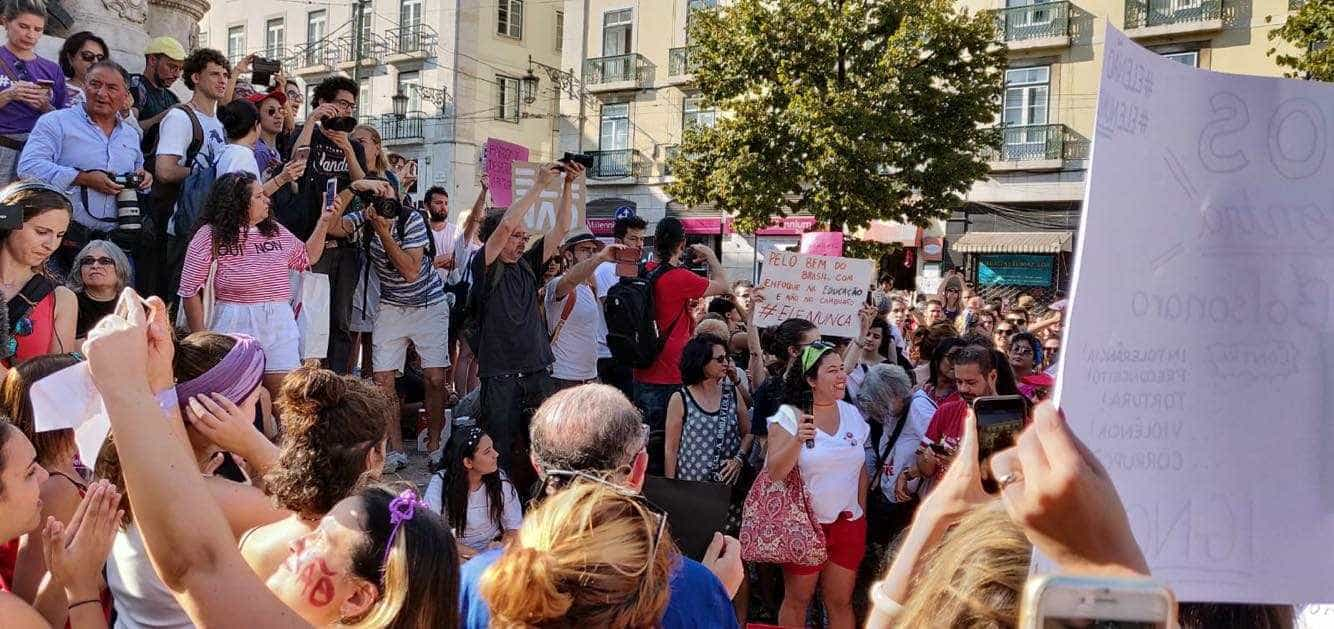 Protesto contra Bolsonaro lota praça histórica em Lisboa; imagens