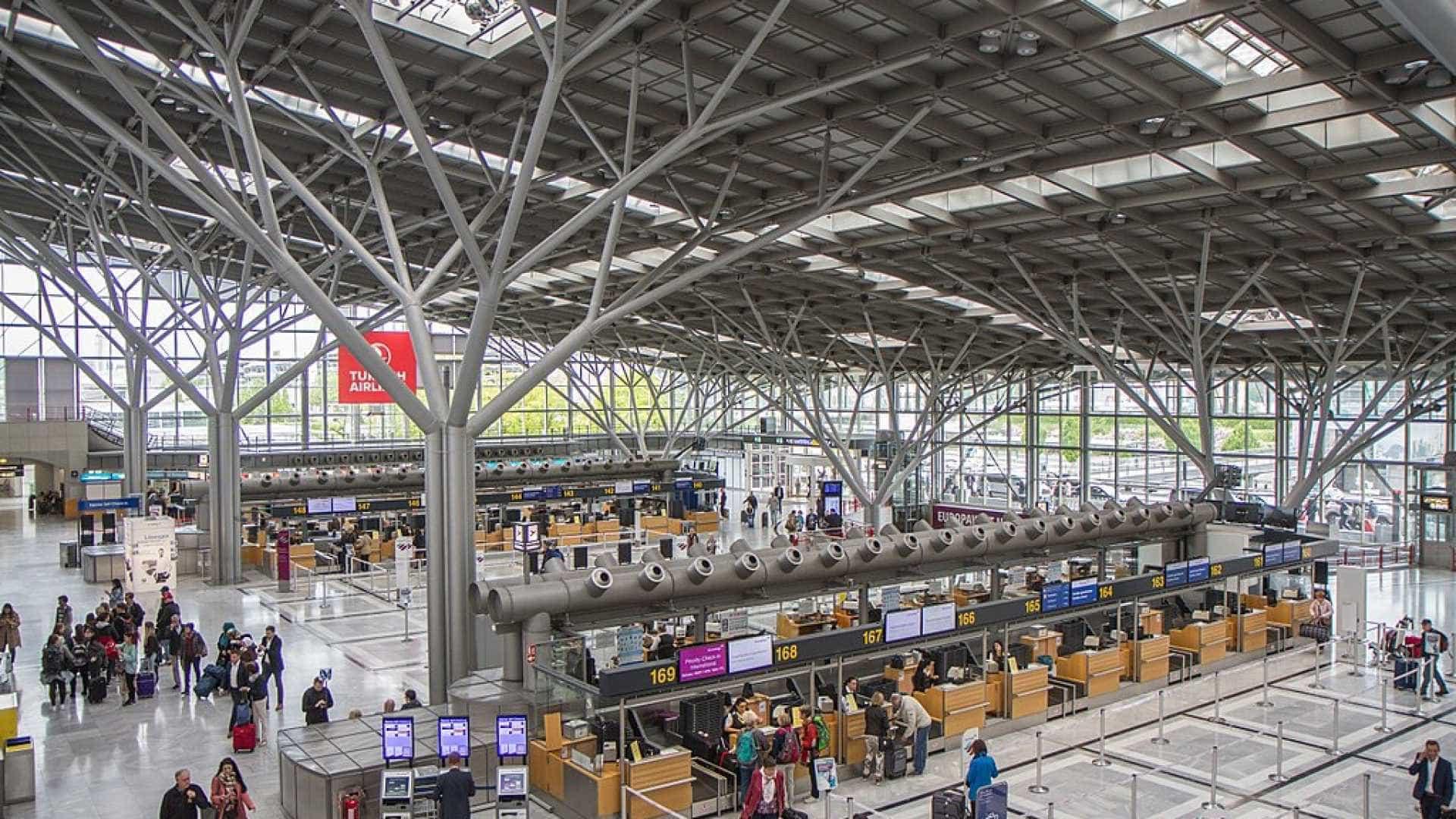 Menina de 5 anos é deixada sozinha pelos pais em aeroporto na Alemanha