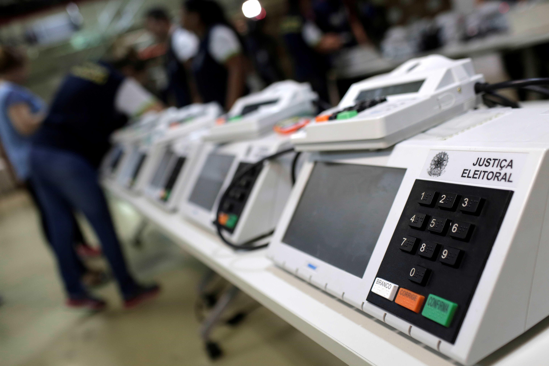 Urna eletrônica chega à 12ª eleição no país sob ataque inédito