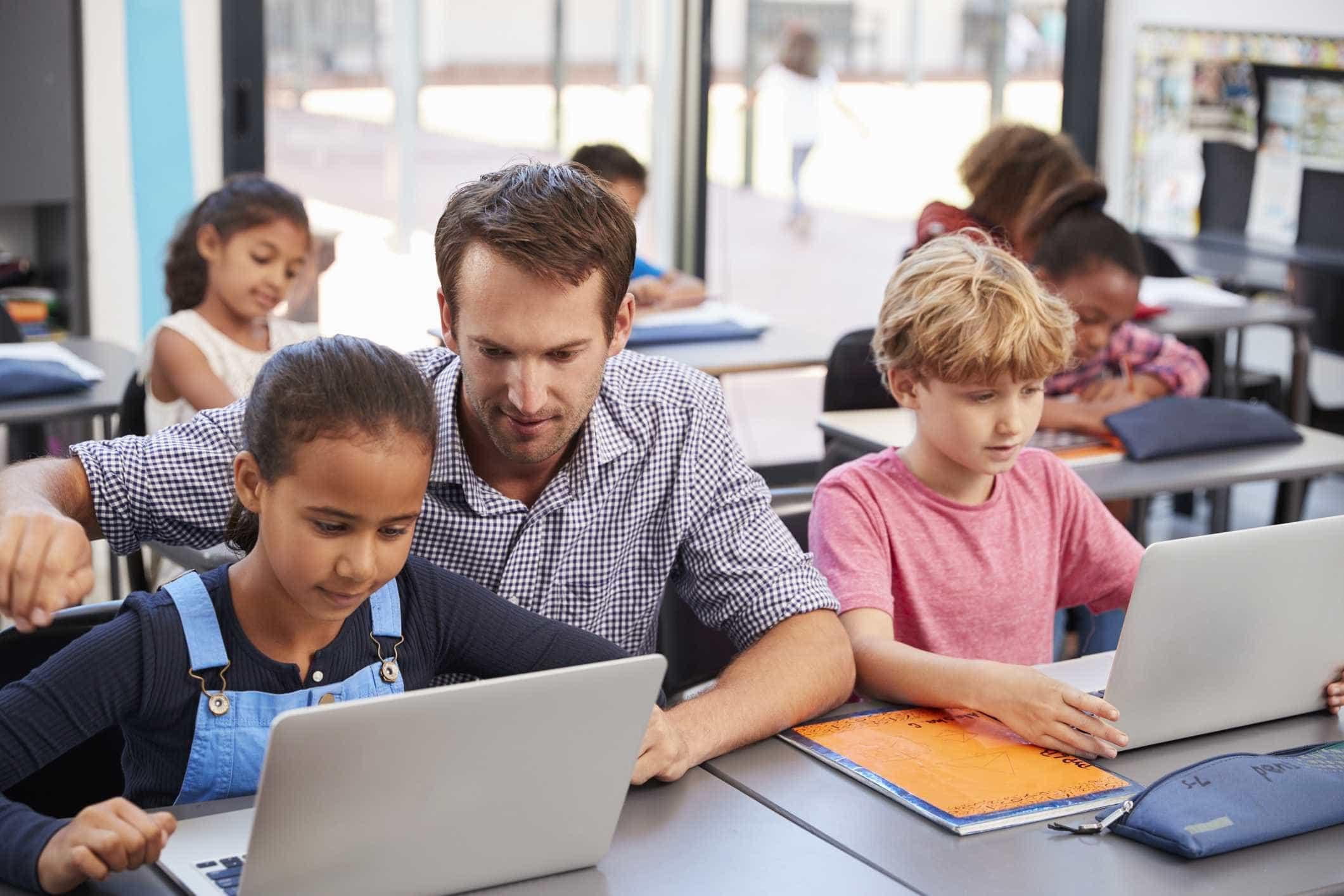 Tempo gasto em frente a telas afeta desenvolvimento de criança