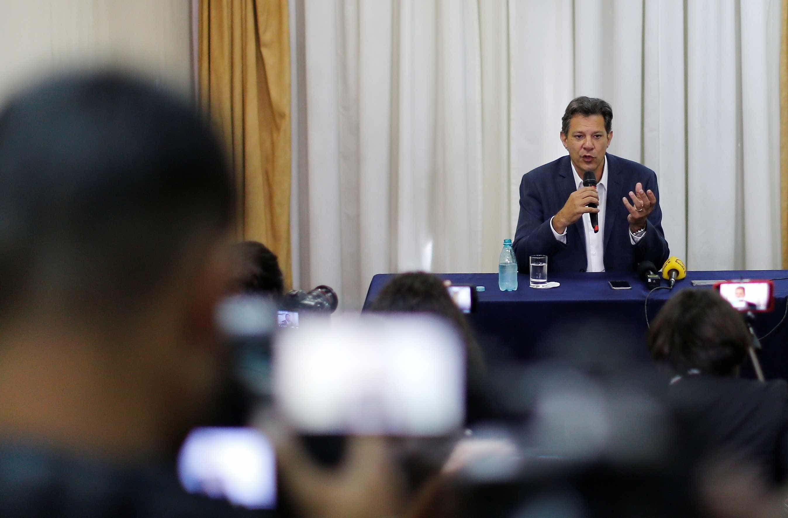Curitiba: Haddad só cita Lula uma vez e concede entrevista longe da PF