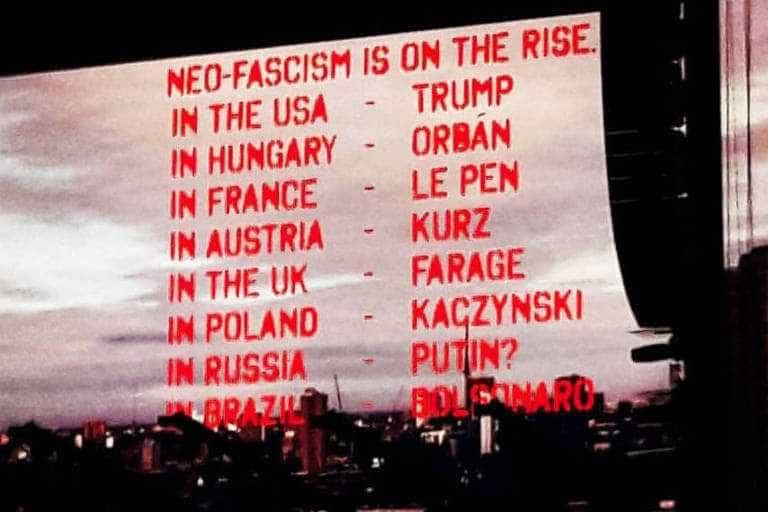 Roger Waters exibe #EleNão em telão e é hostilizado durante show em SP