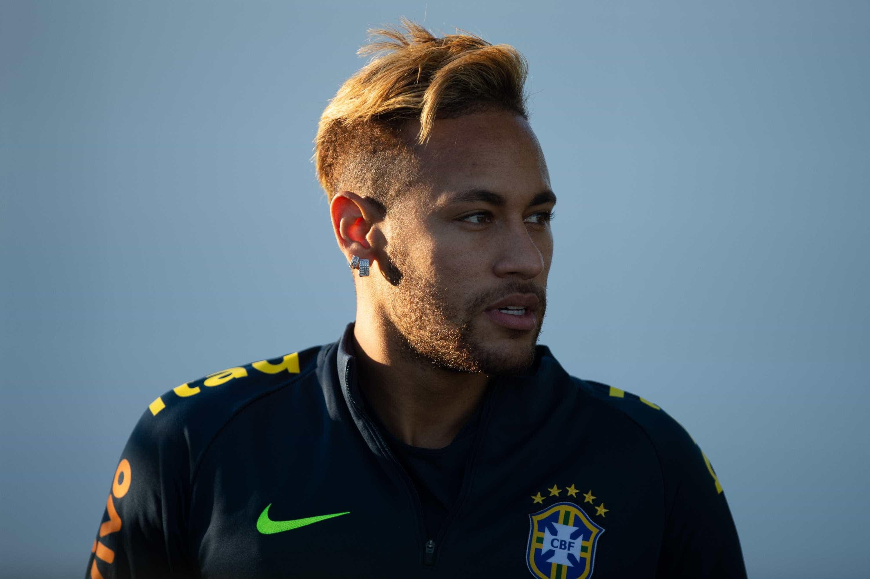 Neymar supera 'luto' da Copa, encara microfones e o comando da seleção