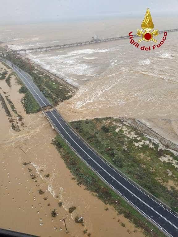 Inundação derruba ponte na ilha italiana da Sardenha