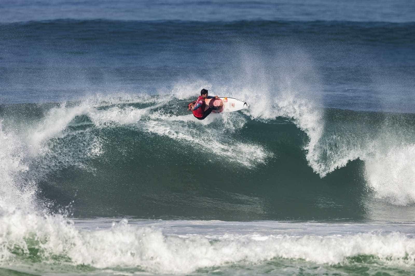 Medina avança à semifinal na França e vira líder do Mundial de Surfe