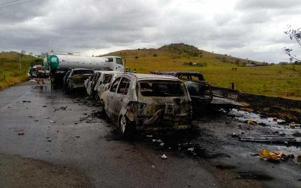 Carros pegam fogo após acidente envolvendo 9 veículos na Bahia