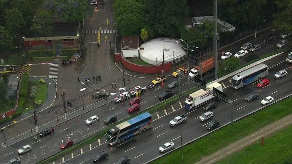 Carro bate em poste e três morrem na marginal Pinheiros, em SP