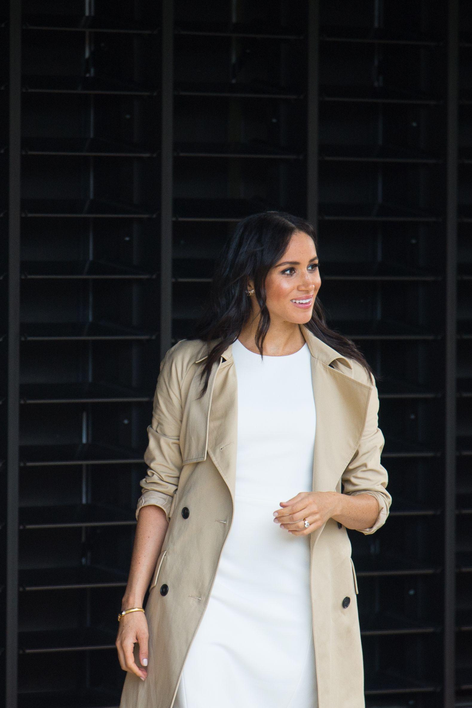 Meghan Markle usa look que salienta barriguinha após anunciar gravidez