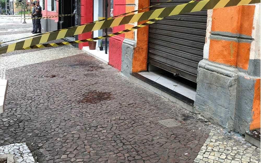 Travesti é morta a facadas em bar sob gritos de 'Bolsonaro'