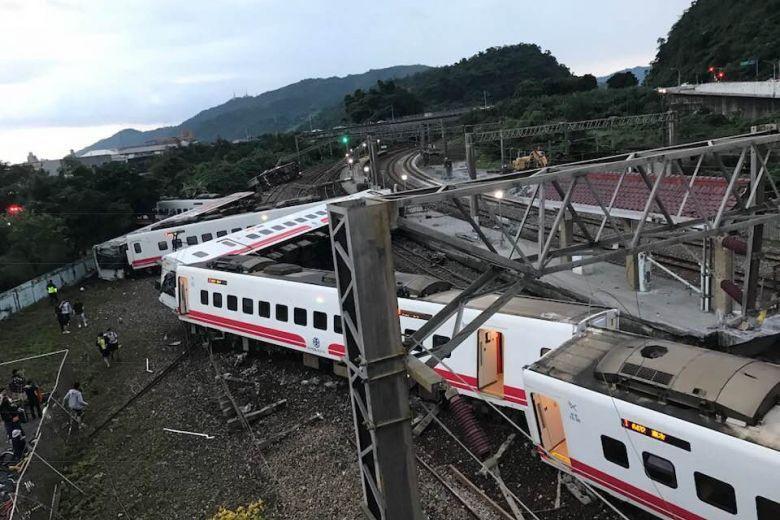 Trem descarrilha em Taiwan e deixa pelo menos 17 mortos e 100 feridos