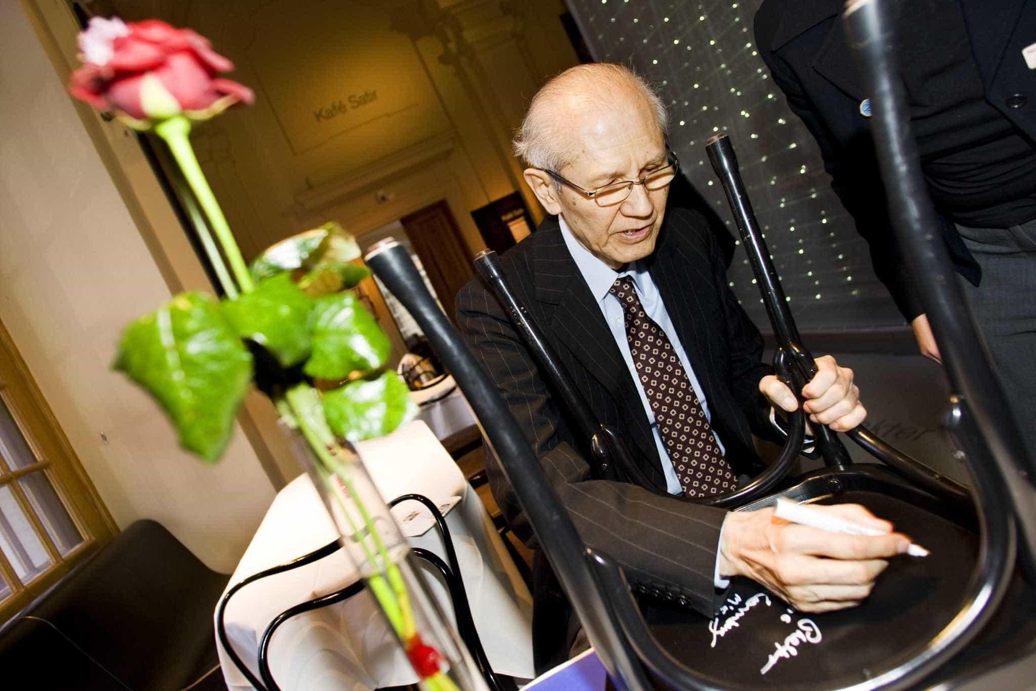 Morre aos 90 anos Nobel de Química Osamu Shimomura