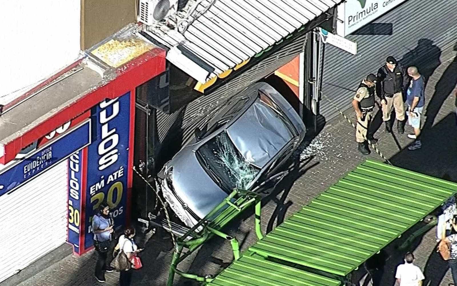 Carro capota, bate em ponto de ônibus e vai parar em lanchonete em MG