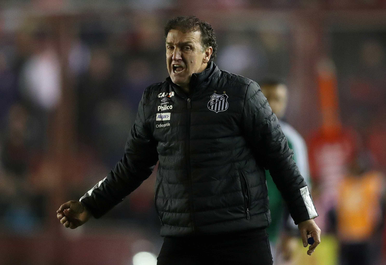 Cuca já cogita deixar Santos após atritos com presidente
