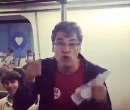 Paulo Betti é flagrado entregando panfletos políticos no metrô do Rio