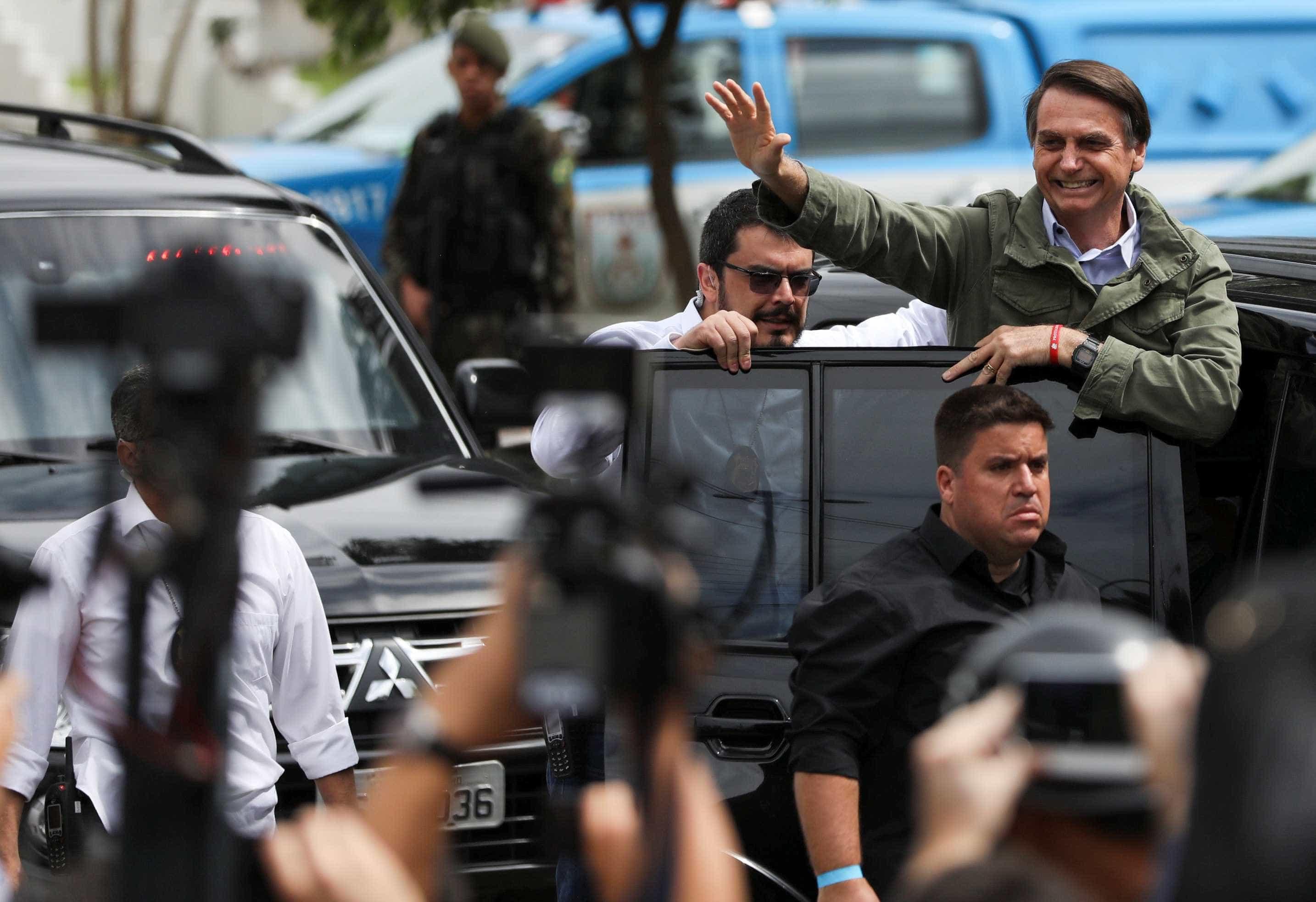 Com colete à prova de balas, Bolsonaro vota no Rio de Janeiro