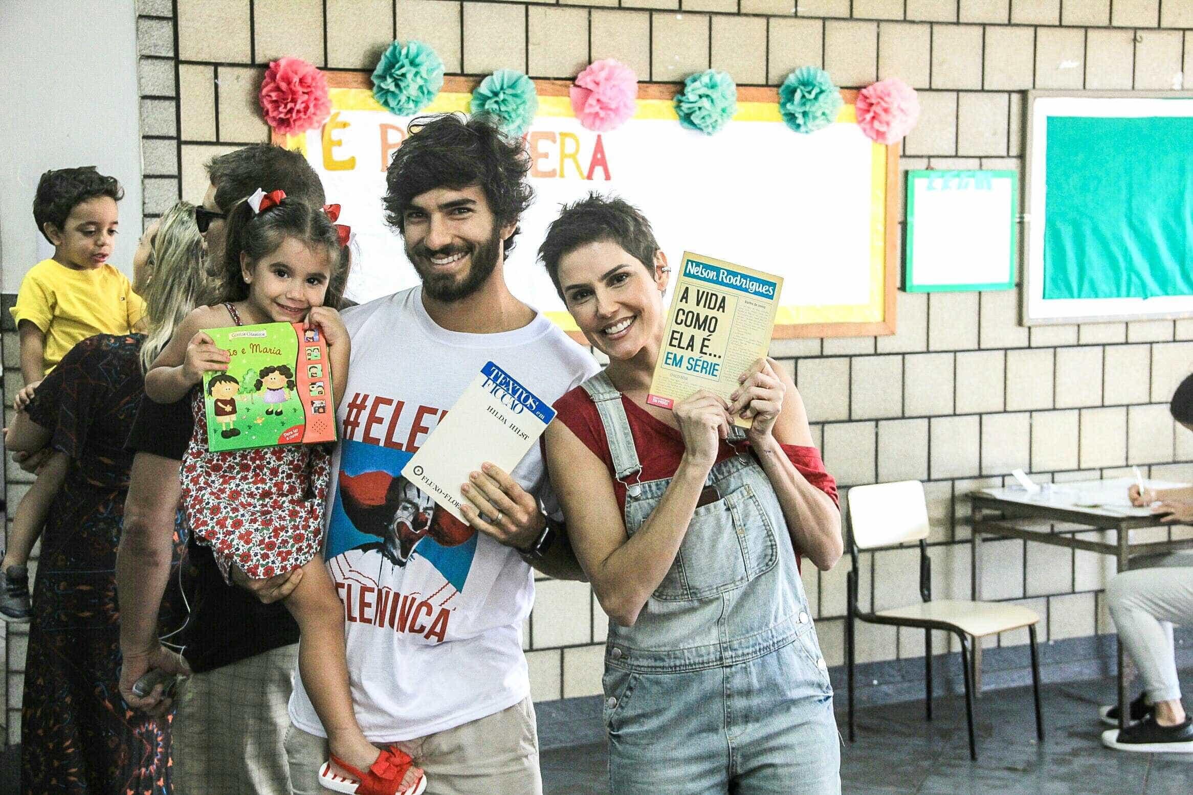 Deborah Secco vota com coletânea de Nelson Rodrigues em mãos