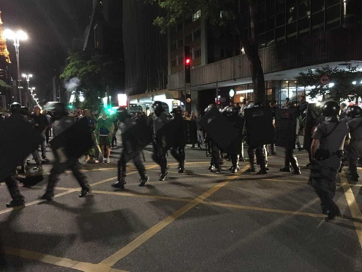 PM usa bombas para dissipar grupos pró e contra Bolsonaro na Paulista