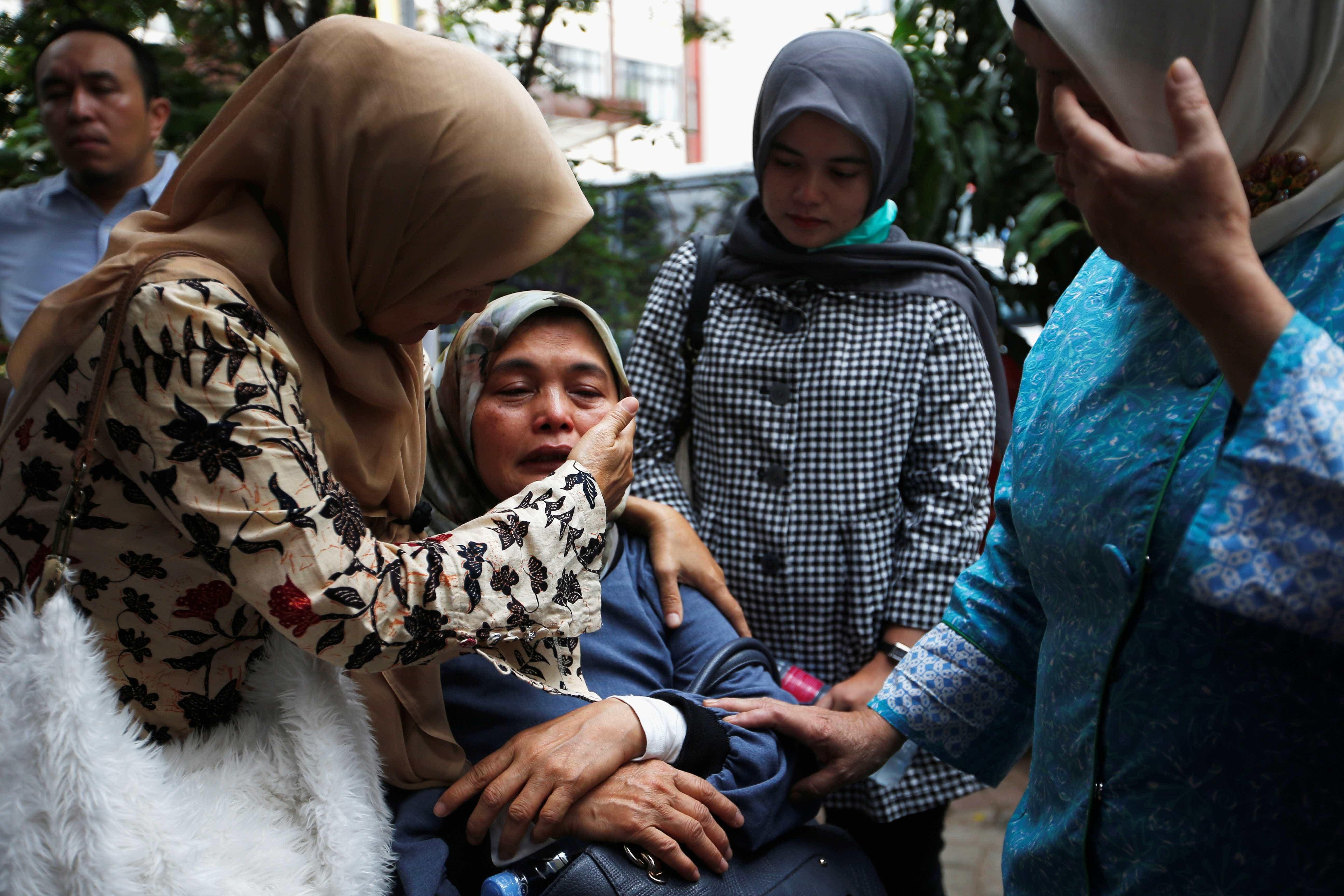 Imagens mostram resgate, luto e dor após tragédia aérea na Indonésia