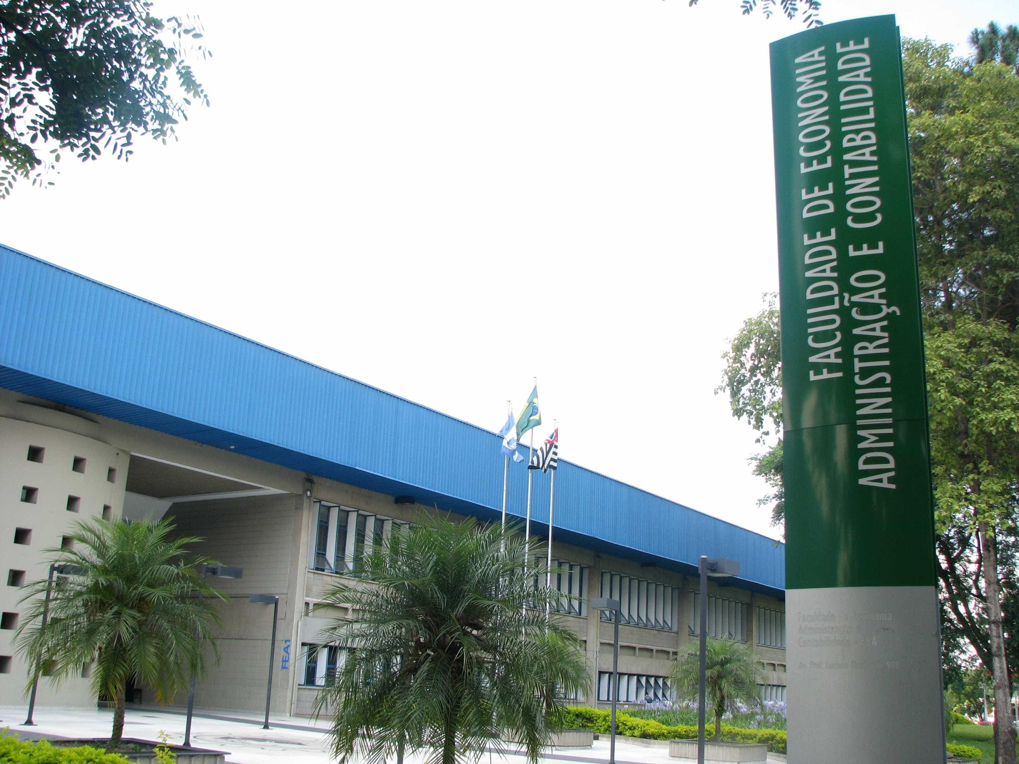 USP investiga quem são fãs de Bolsonaro armados em foto na faculdade