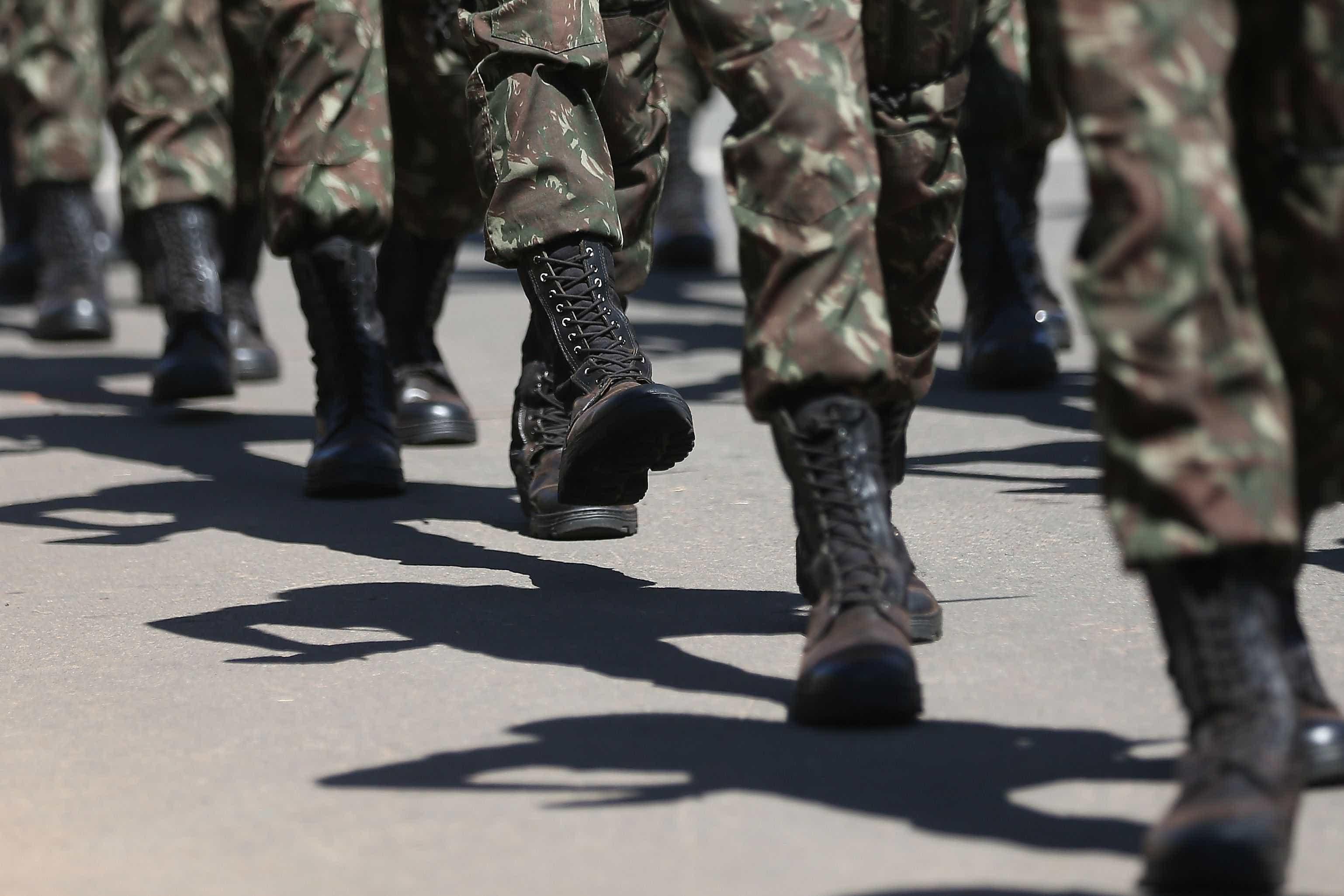 Doze membros da tropa de intervenção ficam feridos em acidente no Rio