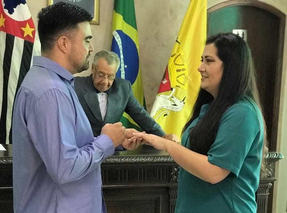 Juiz surpreende noivos com juramento: 'Prometo não agredi-la'
