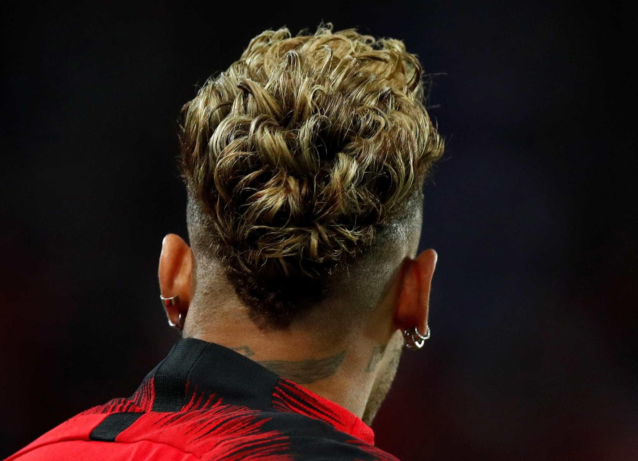 Neymar muda visual e adota 'bigodón' estiloso; confira