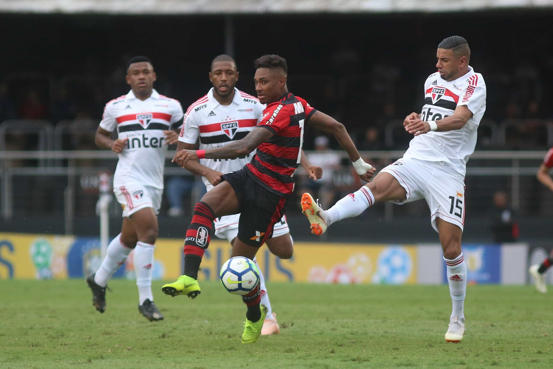 São Paulo e Flamengo empatam em jogo frenético no Morumbi