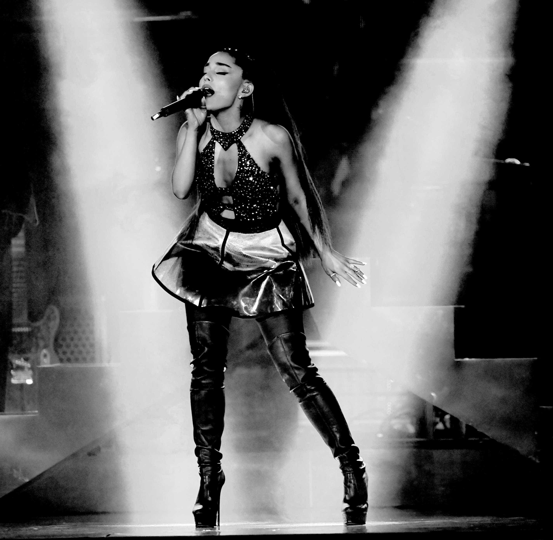 Em novo clipe, Ariana Grande ilustra luta contra crises de ansiedade