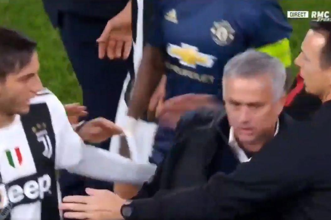 Mourinho provoca torcida da Juventus e gera tumulto em Turim; vídeo