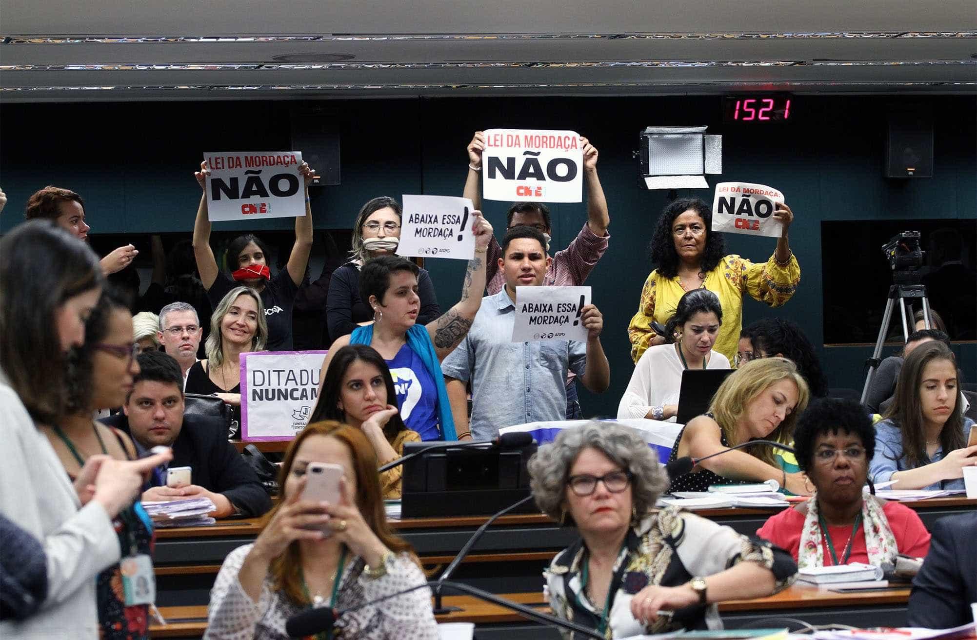 Novo projeto de Escola sem Partido permite que aluno grave professor
