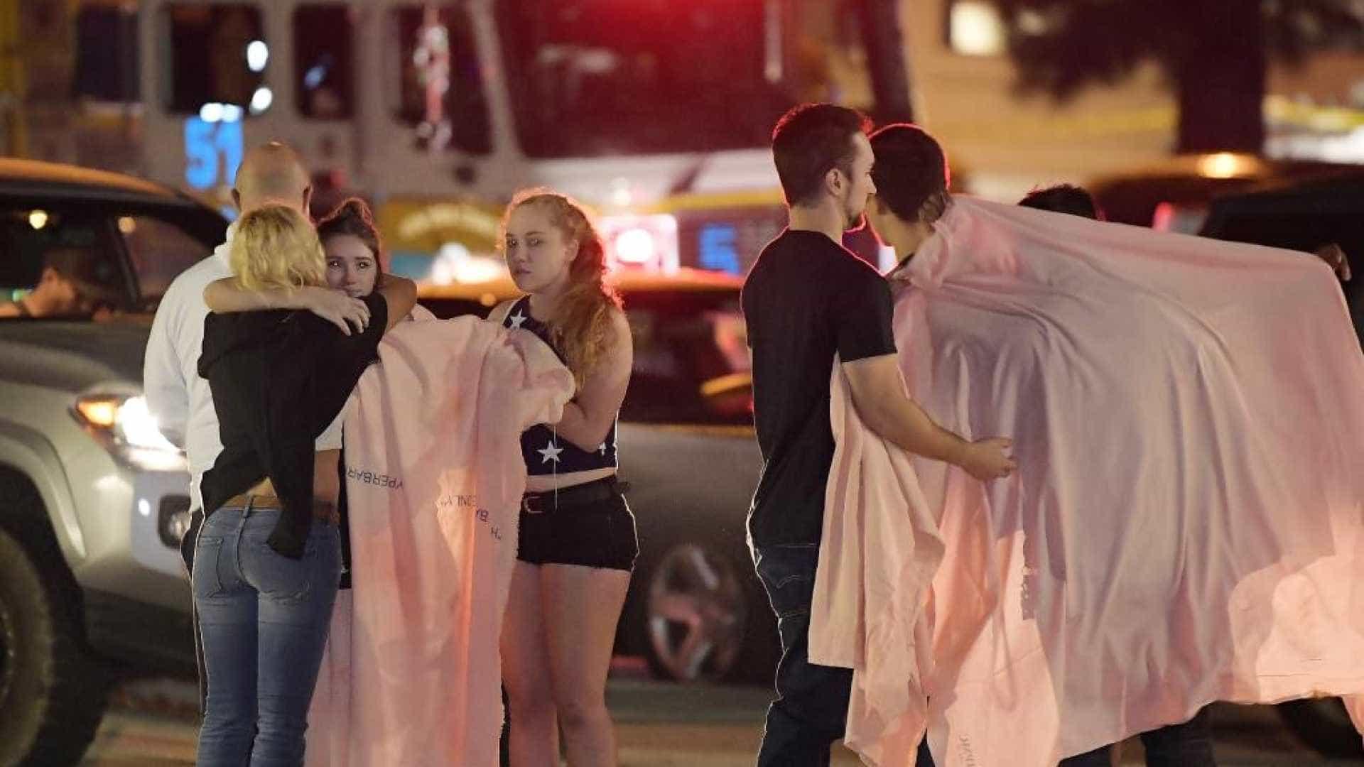 Homem invade bar e mata 12 pessoas a tiros na Califórnia