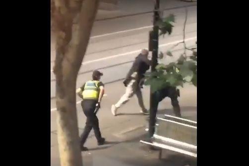 Homem esfaqueia pessoas e ataca policial antes de ser alvejado