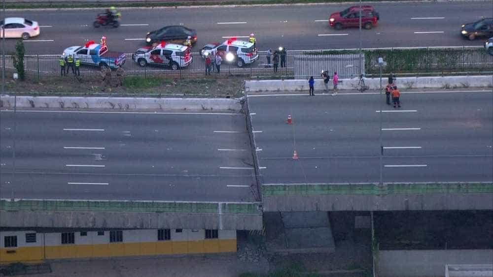 Prefeitura diz que viaduto que cedeu na marginal Pinheiros pode desabar