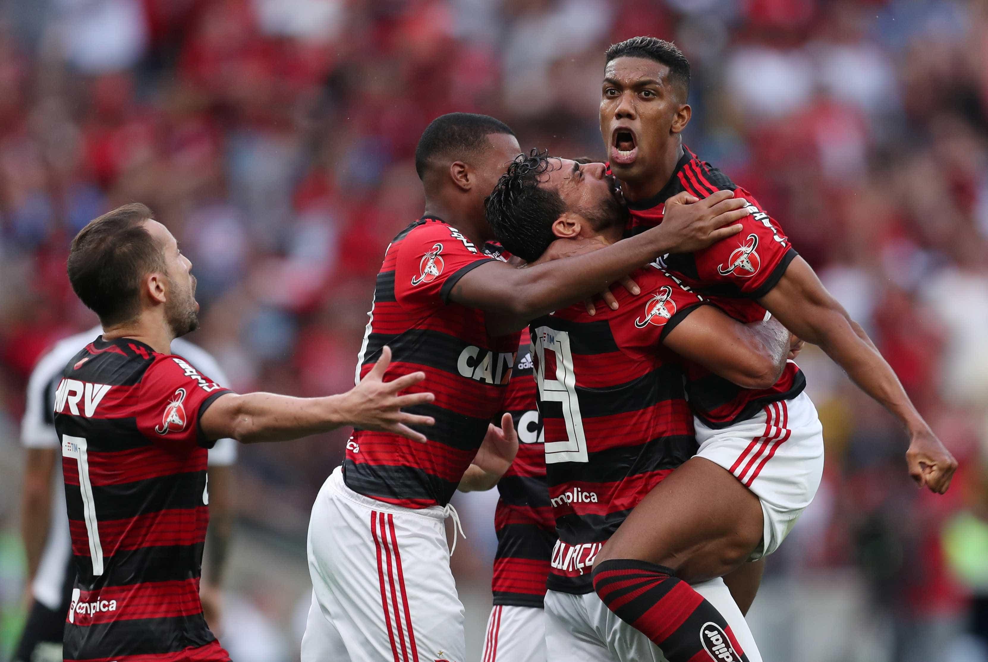 Dourado marca, César defende pênalti e Flamengo bate o Santos