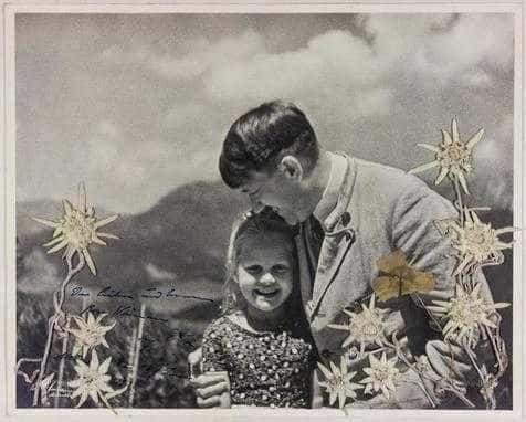 Foto rara exibe Hitler abraçado com criança judia