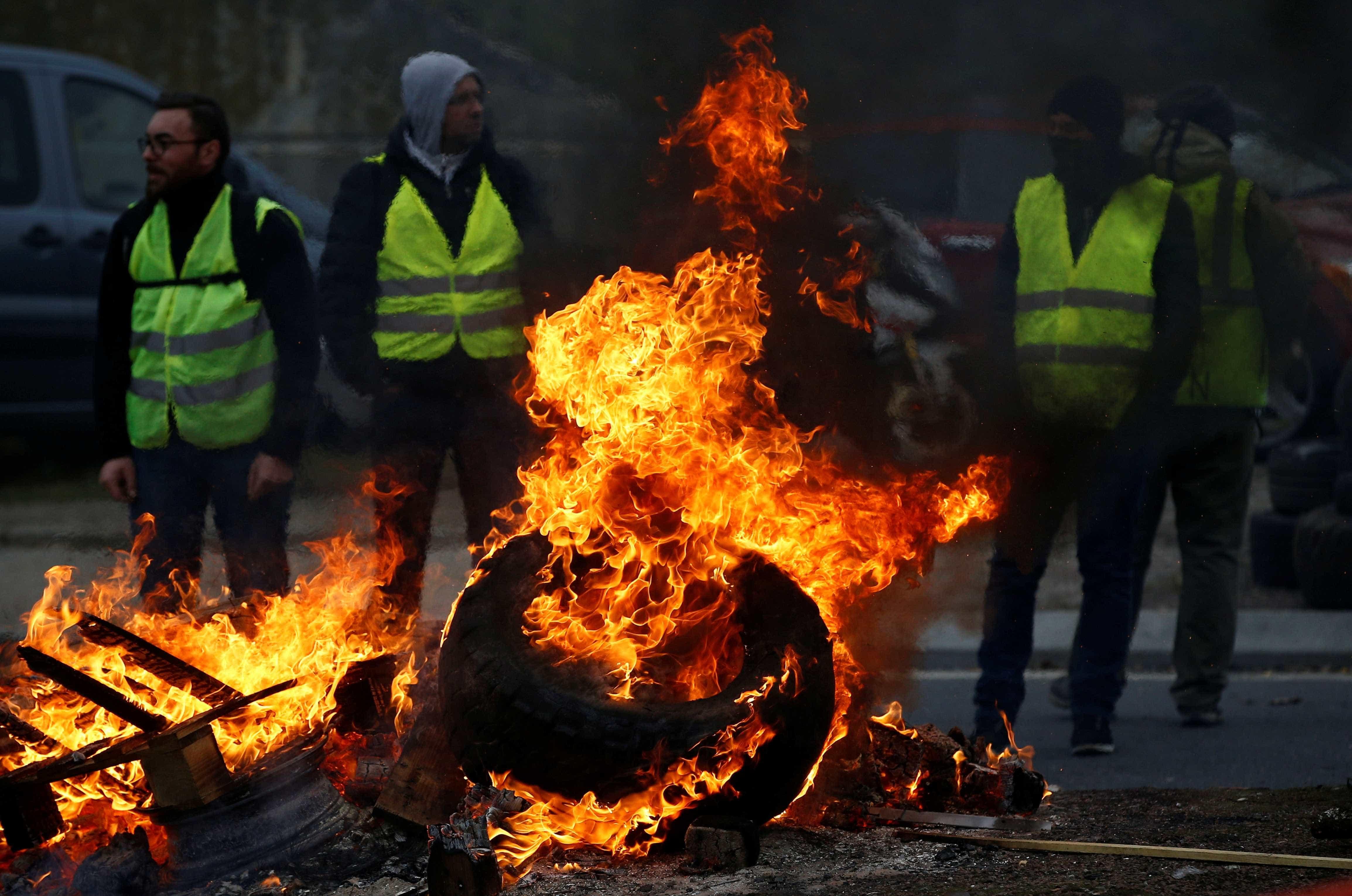 França tem 2º dia de protestos contra alta do combustível