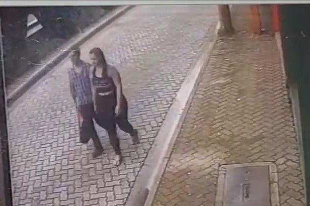 Homem salva namorada de carro desgovernado; assista