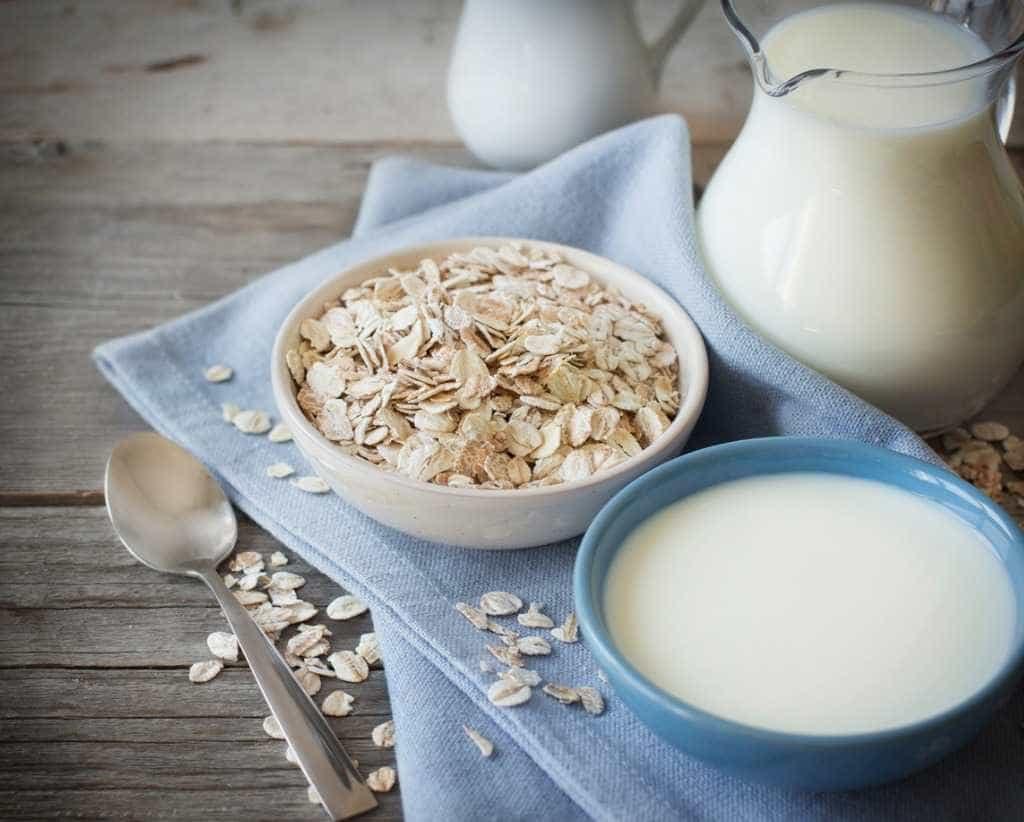 Aprenda a fazer leite de aveia e substitua pelo leite
