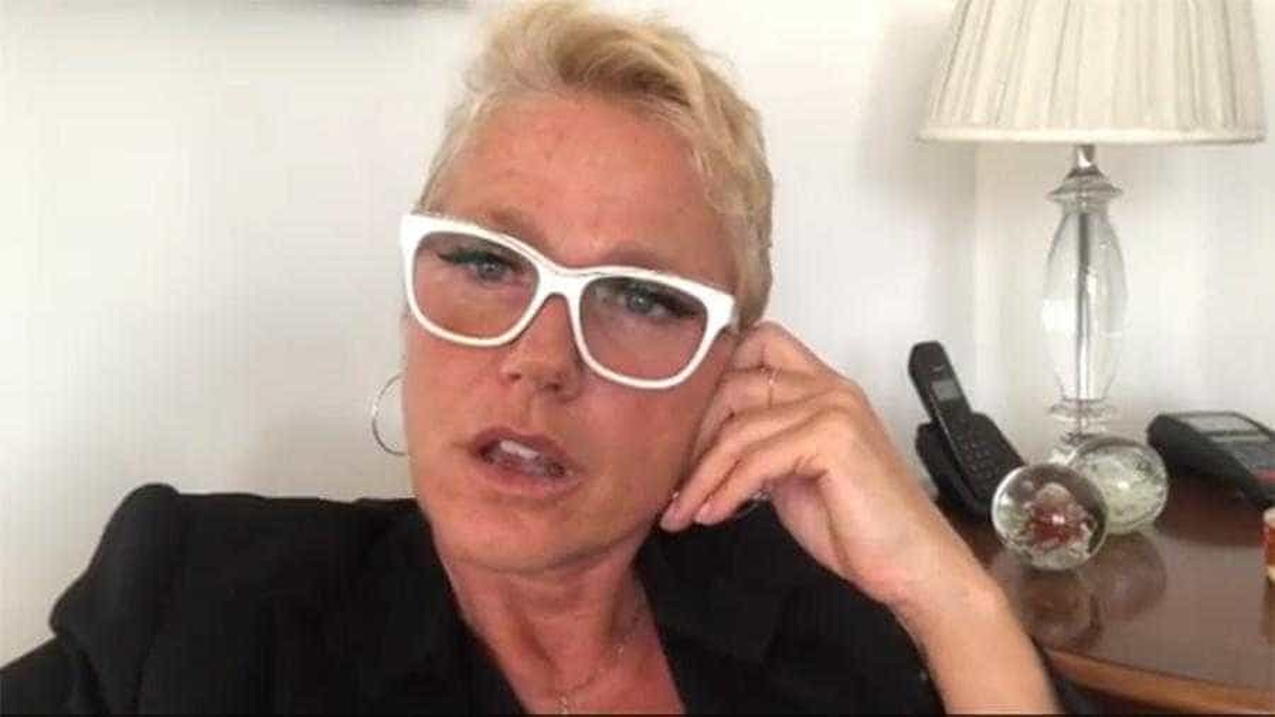 Xuxa passa noite virada em aeroporto de Fortaleza
