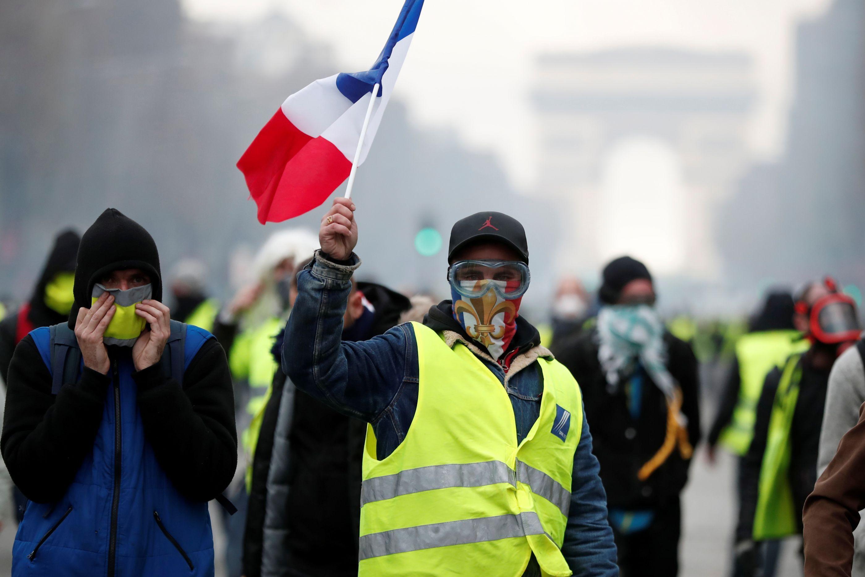 Tensão em Paris: 'Coletes amarelos' entram em confronto com a polícia
