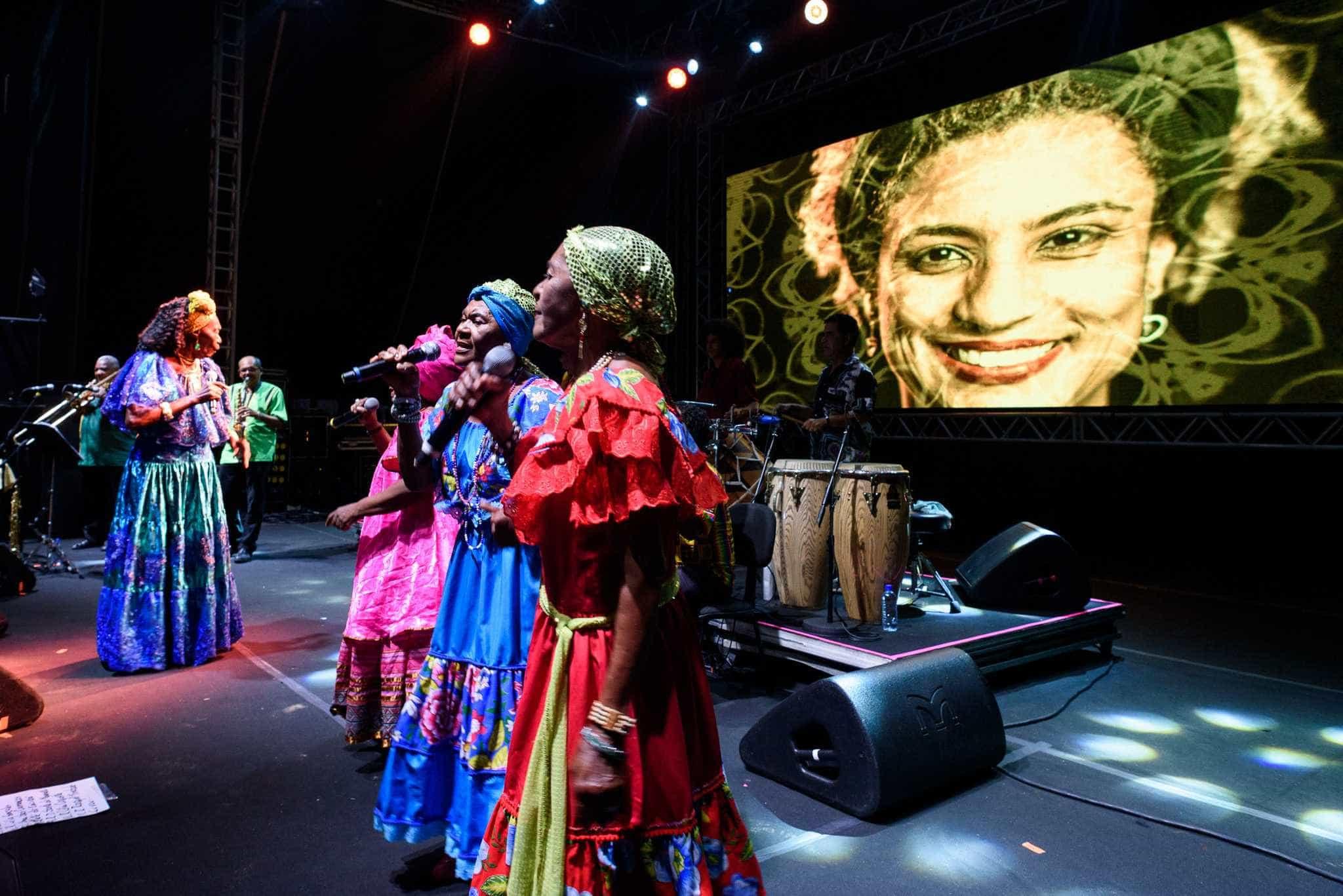 Mimo enfrenta crise, mas leva público numeroso a ruas de Olinda